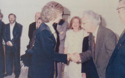 La Reina Dña. Sofía saluda al pintor en el acto de inauguración de una exposición en el IVAM de Valencia